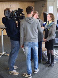 Miriam Tressel und Alexandra Link mit dem Team von Regio TV Schwaben